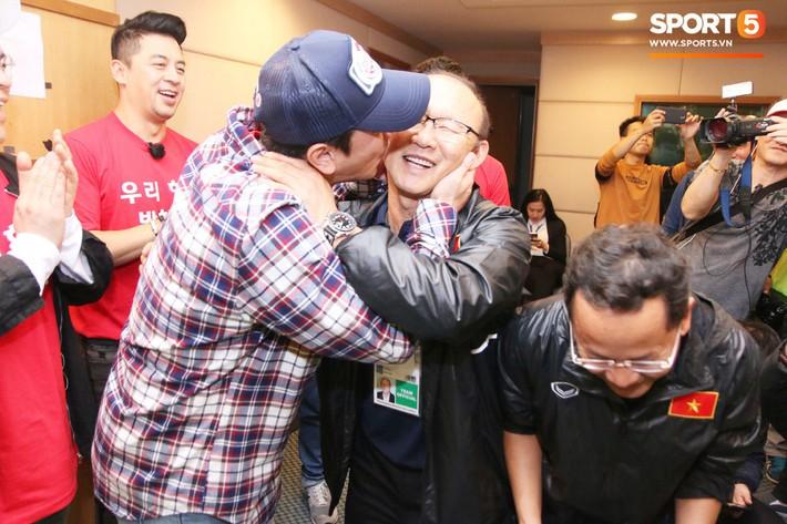 Tài tử Cha In-pyo, huyền thoại bóng đá Hàn Quốc ôm hôn chúc mừng HLV Park Hang-seo trong phòng họp báo - Ảnh 1.