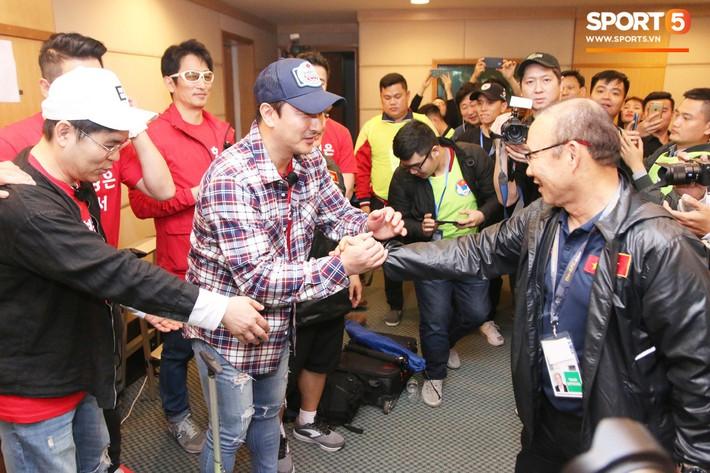 Tài tử Cha In-pyo, huyền thoại bóng đá Hàn Quốc ôm hôn chúc mừng HLV Park Hang-seo trong phòng họp báo - Ảnh 2.
