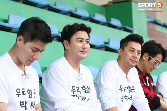 Tài tử Cha In-pyo, huyền thoại bóng đá Hàn Quốc ôm hôn chúc mừng HLV Park Hang-seo trong phòng họp báo - Ảnh 4.