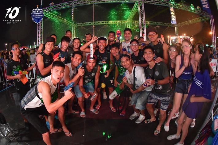 Xuân Trường và các đồng đội quẩy tưng bừng trong lễ hội té nước hoành tráng tại Thái Lan - Ảnh 2.