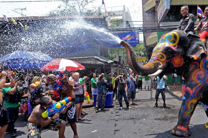 Xuân Trường và các đồng đội quẩy tưng bừng trong lễ hội té nước hoành tráng tại Thái Lan - Ảnh 5.
