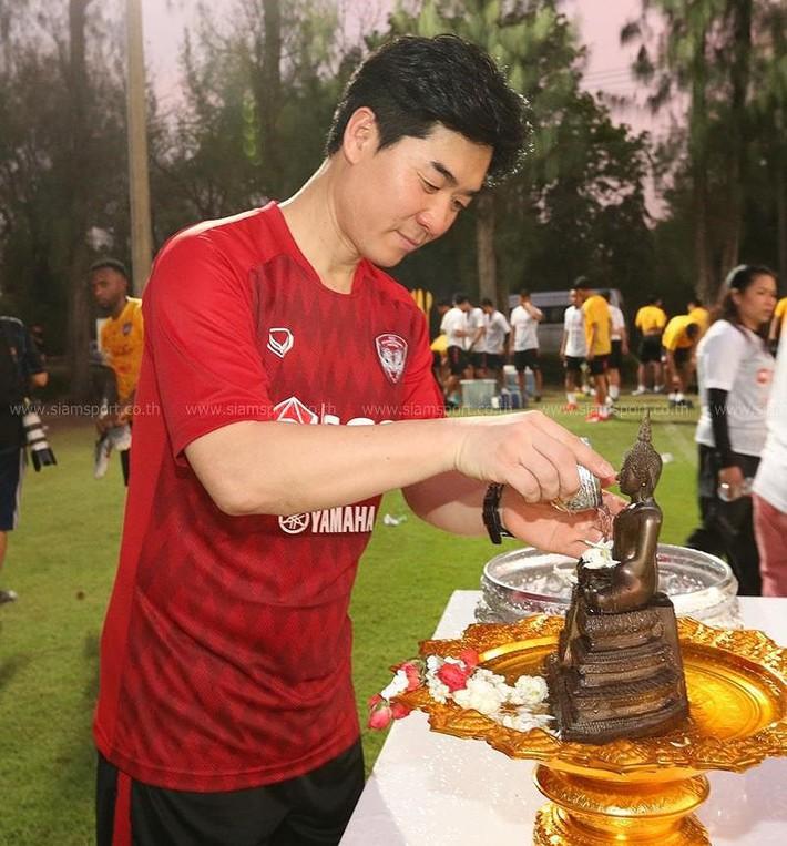 Văn Lâm đón tết Songkran cùng Muangthong - Ảnh 1.