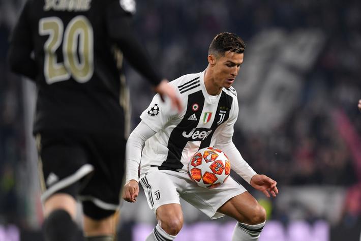 Ám ảnh khoảnh khắc Ronaldo ôm mặt buồn bã đến bất lực: Trong bóng đá, một cánh én đôi khi không thể làm nên được mùa xuân - Ảnh 2.
