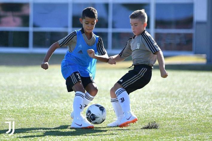 Con trai Ronaldo đặt dấu giày trong gần 100 bàn thắng, đoạt chức vô địch tại siêu giải đấu - Ảnh 1.