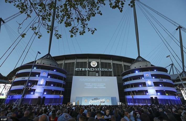 Man City lập sân khấu dã chiến, bắn pháo hoa rực rỡ ăn mừng với hàng nghìn CĐV ngay trong đêm - Ảnh 1.