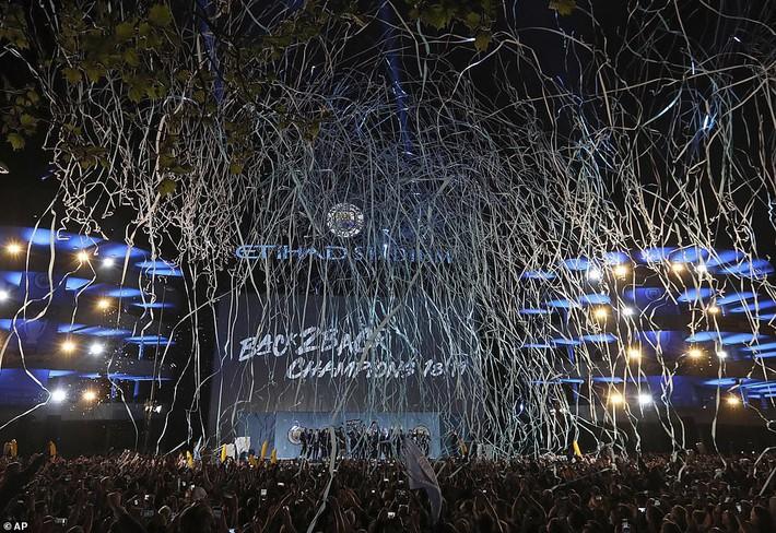 Man City lập sân khấu dã chiến, bắn pháo hoa rực rỡ ăn mừng với hàng nghìn CĐV ngay trong đêm - Ảnh 2.