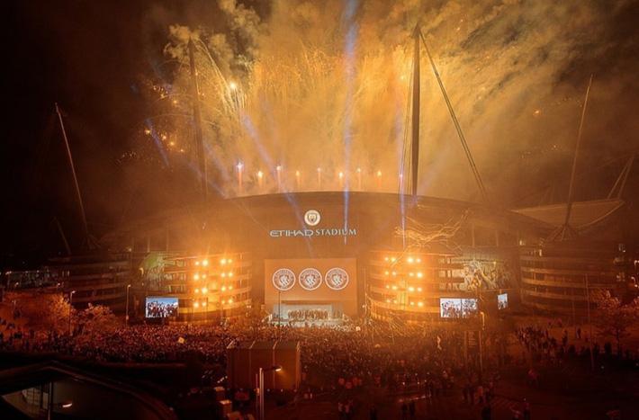 Man City lập sân khấu dã chiến, bắn pháo hoa rực rỡ ăn mừng với hàng nghìn CĐV ngay trong đêm - Ảnh 6.