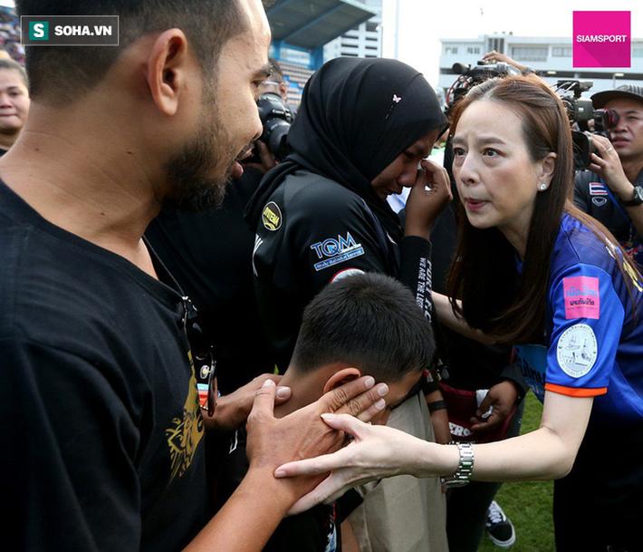 Nữ đại gia Thái Lan bật khóc khi tưởng niệm các CĐV thiệt mạng trong vụ tai nạn thảm khốc - Ảnh 2.