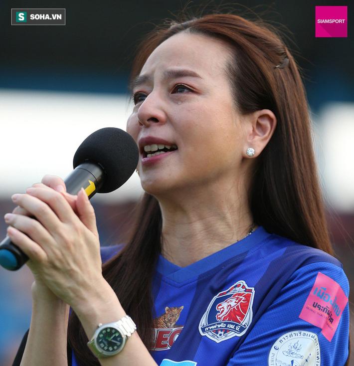 Nữ đại gia Thái Lan bật khóc khi tưởng niệm các CĐV thiệt mạng trong vụ tai nạn thảm khốc - Ảnh 1.