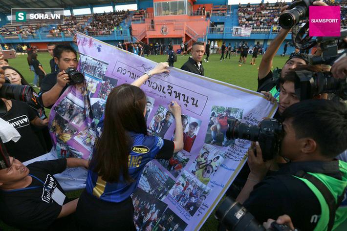 Nữ đại gia Thái Lan bật khóc khi tưởng niệm các CĐV thiệt mạng trong vụ tai nạn thảm khốc - Ảnh 12.