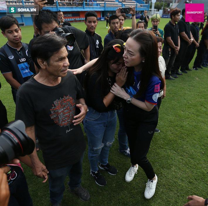 Nữ đại gia Thái Lan bật khóc khi tưởng niệm các CĐV thiệt mạng trong vụ tai nạn thảm khốc - Ảnh 4.