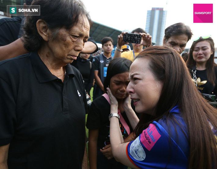 Nữ đại gia Thái Lan bật khóc khi tưởng niệm các CĐV thiệt mạng trong vụ tai nạn thảm khốc - Ảnh 5.
