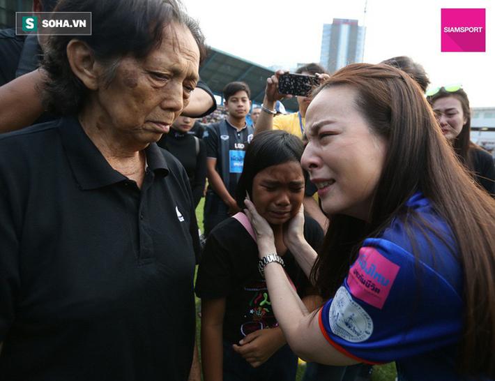 Nữ đại gia Thái Lan bật khóc khi tưởng niệm các CĐV thiệt mạng trong vụ tai nạn thảm khốc - Ảnh 6.