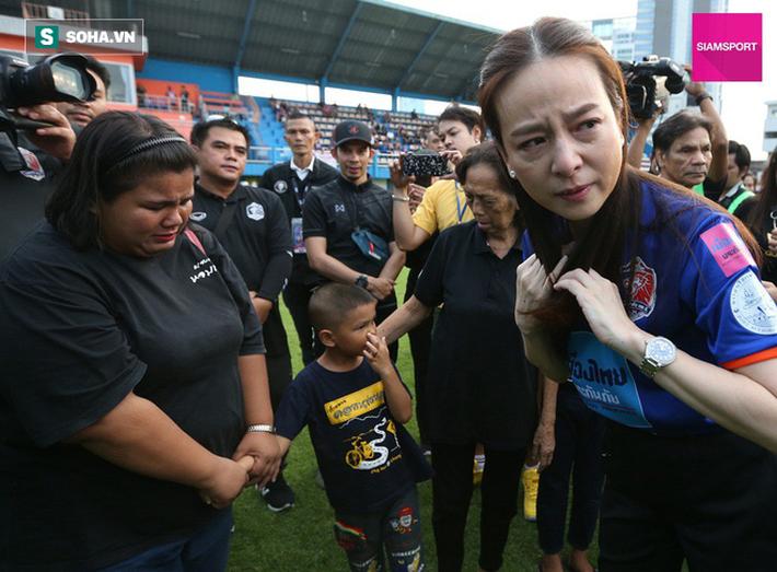Nữ đại gia Thái Lan bật khóc khi tưởng niệm các CĐV thiệt mạng trong vụ tai nạn thảm khốc - Ảnh 7.