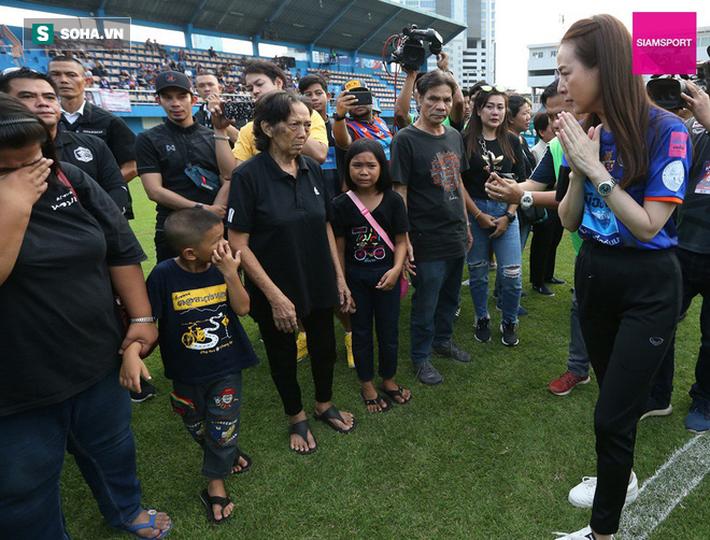 Nữ đại gia Thái Lan bật khóc khi tưởng niệm các CĐV thiệt mạng trong vụ tai nạn thảm khốc - Ảnh 11.