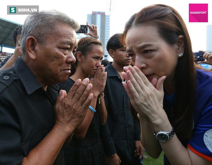 Nữ đại gia Thái Lan bật khóc khi tưởng niệm các CĐV thiệt mạng trong vụ tai nạn thảm khốc - Ảnh 8.