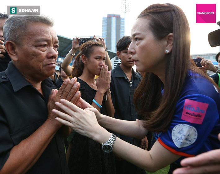 Nữ đại gia Thái Lan bật khóc khi tưởng niệm các CĐV thiệt mạng trong vụ tai nạn thảm khốc - Ảnh 9.