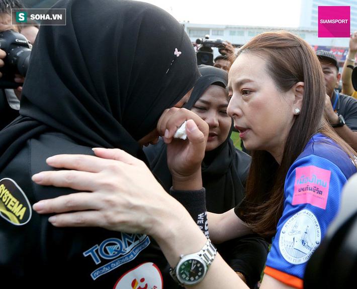 Nữ đại gia Thái Lan bật khóc khi tưởng niệm các CĐV thiệt mạng trong vụ tai nạn thảm khốc - Ảnh 10.
