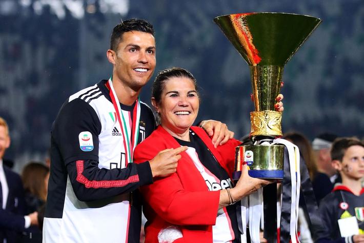 Ronaldo hạnh phúc bên mẹ và bạn gái trong ngày trọng đại của cuộc đời - Ảnh 3.
