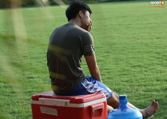 Đình Trọng xem đồng đội tập luyện, làm việc vặt giết thời gian trong khi chờ sang Singapore phẫu thuật - Ảnh 8.