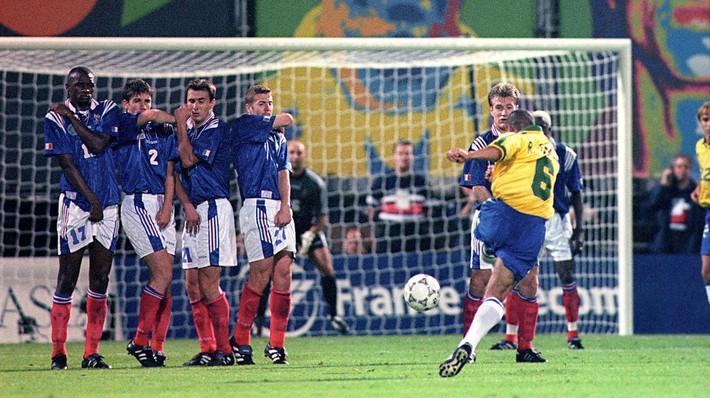 Bí mật sức mạnh Roberto Carlos nằm ở… vòng eo Ngọc Trinh - Ảnh 1.