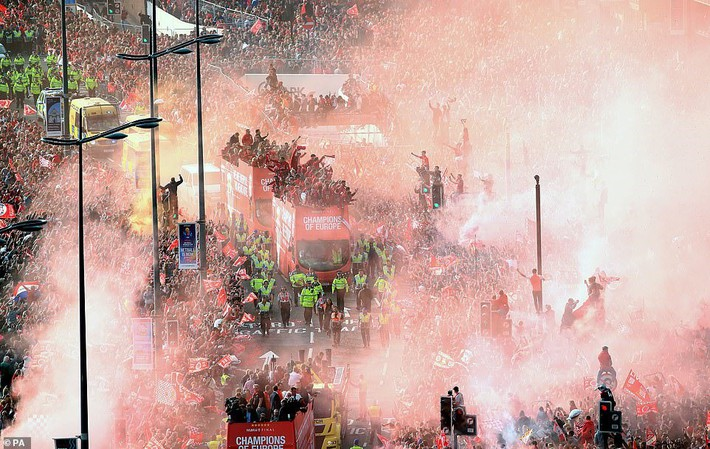 Thầy trò Jurgen Klopp cùng nửa triệu CĐV mở hội trên đường phố Liverpool - Ảnh 1.