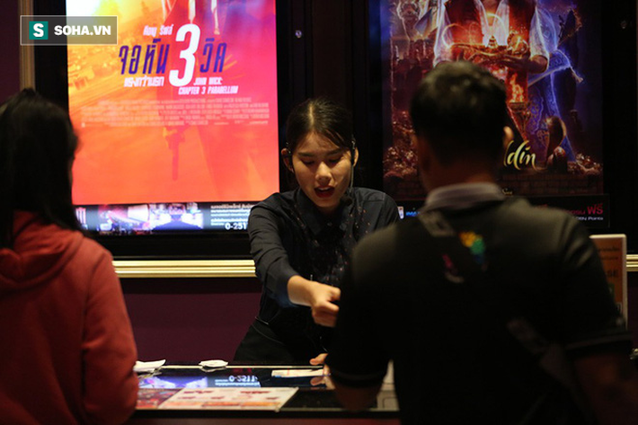 Cảnh mua vé hiếm thấy ở Việt Nam trước đại chiến Voi chiến vs Rồng vàng - Ảnh 3.