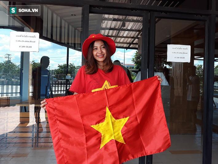 Nữ phóng viên Thái Lan xinh đẹp hứa ra sân cổ vũ ĐT Việt Nam vô địch Kings Cup - Ảnh 3.