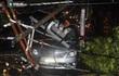 Cây bật gốc kéo ngã trụ điện, đè trúng 7 ô tô trong trận mưa lớn