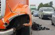 Người mẹ gào khóc con bên cạnh chiếc xe máy nát bét sau tai nạn
