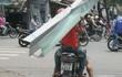 """Nỗi sợ bất thình lình bị """"cứa cổ"""", đâm vào người vẫn thường trực trên đường phố Sài Gòn"""