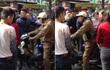 Nghe lý do đi trộm áo của cặp vợ chồng, người dân trên phố Hà Nội bỗng im lặng