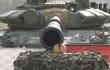 Thán phục binh sĩ Nga vẽ tranh, cắt táo bằng... xe tăng T-72
