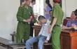 Tòa hoãn phiên xử vì bị hại thấy bị cáo là ngất xỉu