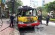 Hà Nội: Xe buýt đang di chuyển bất ngờ phát nổ rồi cháy trơ khung