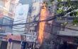 Hà Nội: Cột điện bốc cháy ngùn ngụt giữa trưa