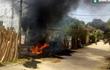 Vào nhà hàng ăn trưa, xe ô tô đỗ cạnh đống rơm bốc cháy trơ khung