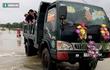 Chú rể dùng xe ben vượt lũ đón cô dâu trong ngày cưới ở Bình Định