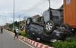 Ôtô lật ngửa sau va chạm, 6 người bị thương