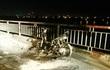 Hà Nội: Xe máy bất ngờ cháy trơ khung khi đang đi trên cầu Chương Dương trong đêm khuya