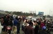 Dân mang 30 xe ô tô dán băng rôn dàn hàng, chặn xe qua cầu Bến Thuỷ