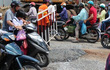 Xe tải lọt hố ga giữa lòng Sài Gòn