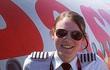 """Nữ cơ trưởng trẻ nhất thế giới: """"Con nhà người ta"""" một mình lái máy bay từ khi 16 tuổi!"""