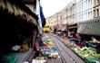 Cảnh mua bán mạo hiểm ở chợ trên đường sắt