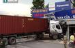 Container mất lái tông sập mái nhà dân, tài xế may mắn thoát chết
