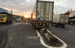 Hàng trăm lít dầu đổ tràn trên QL 1A gây tai nạn liên hoàn