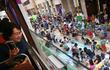 Dân Hong Kong trải thảm giữa đường đọc sách nhờ lệnh cấm xe