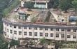 24h qua ảnh: Trung Quốc xây đường cho ô tô chạy trên mái nhà