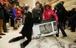 24h qua ảnh: Khách hàng tranh cướp tivi trong ngày Black Friday