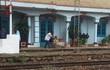 Nam hành khách người nước ngoài đu tàu hỏa bị cán đứt chân